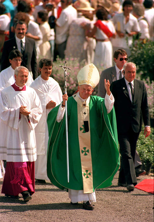 Pope John Paul walks towards the temporary altar at the site of the Mass at Westover Hills Sunday, Sept. 13, 1987 during his visit to San Antonio. Photo: San Antonio Express-News File Photo / SAN ANTONIO EXPRESS-NEWS