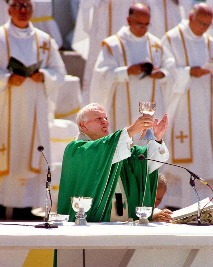 Pope John Paul II celebrates Mass Sunday, Sept. 13, 1987 during his visit to San Antonio. Photo: San Antonio Express-News File Photo / SAN ANTONIO EXPRESS-NEWS