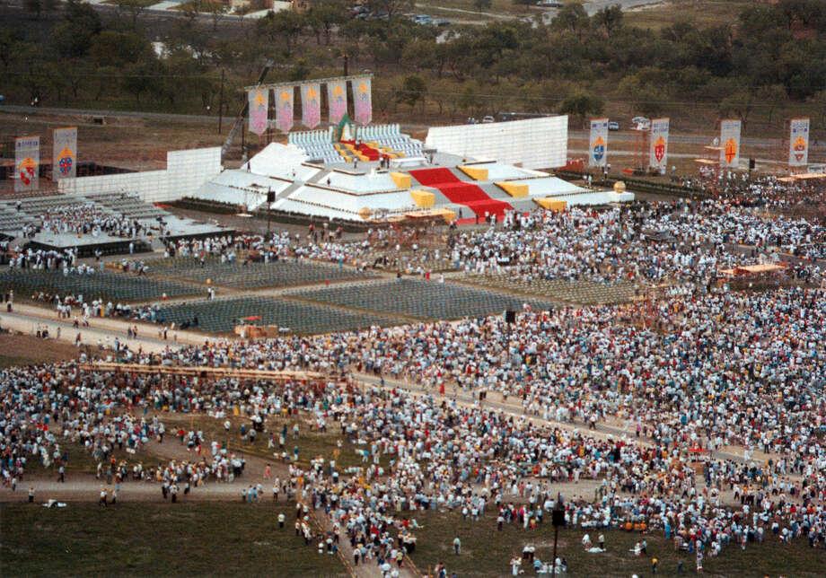 Crowds gather for Mass during Pope John Paul II's visit to San Antonio September 1987. Photo: San Antonio Express-News File Photo / San Antonio Express-News