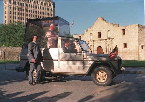 Pope John Paul II rides past the Alamo during his visit to San Antonio Sunday, Sept. 13, 1987. Photo: San Antonio Express-News File Photo / SAN ANTONIO EXPRESS-NEWS