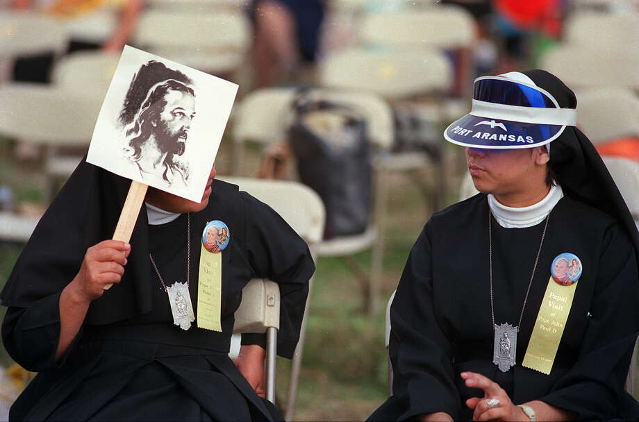 Two nuns wait to get a glimpse of Pope John Paul II in San Antonio Sept. 13, 1987. Photo: San Antonio Express-News File Photo / SAN ANTONIO EXPRESS-NEWS