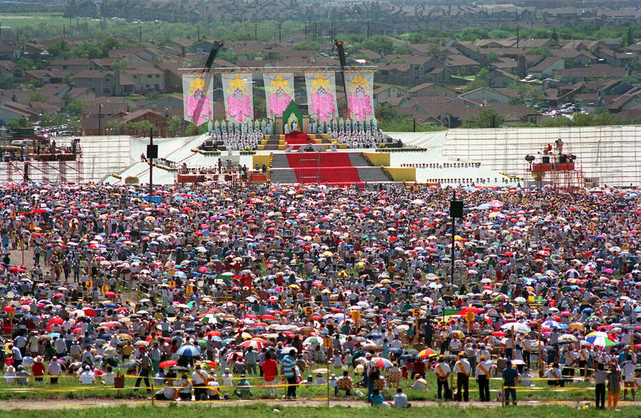 Thousands of worshipers gather at Westover Hills to listen to Pope John Paul II celebrate Mass Sunday, Sept. 13, 1987, during his visit to San Antonio. Photo: San Antonio Express-News File Photo / SAN ANTONIO EXPRESS-NEWS
