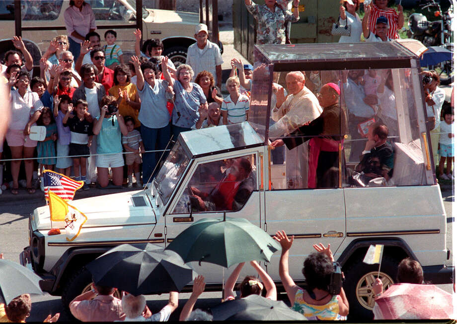 Pope John Paul II waves from the Pope Mobile to the crowd on W. Woodlawn and Zaramora on his way to downtown San Antonio during his visit on Sunday, Sept. 13, 1987. Photo: San Antonio Express-News File Photo / SAN ANTONIO EXPRESS-NEWS