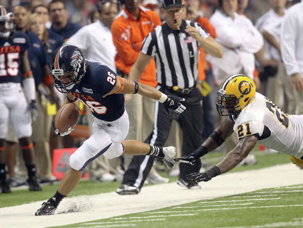 UTSA's Aaron Grubb (26) gets pushed out of bounds by Texas A&M-Commerce's Danny Mason (21) in the first half at the Alamodome on Saturday, Sept. 8, 2012. Photo: Kin Man Hui, Express-News / ©2012 San Antonio Express-News