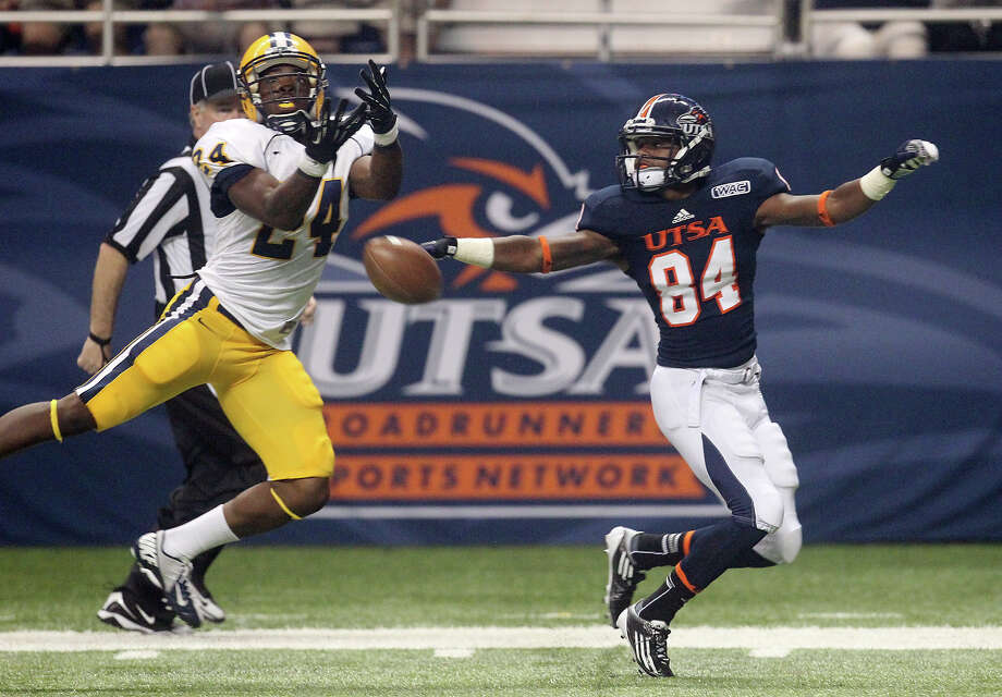 Texas A&M-Commerce's Marlin Terrell (24) attempts to pick off a pass for UTSA's Brandon Freeman (84) in the first half at the Alamodome on Saturday, Sept. 8, 2012. Photo: Kin Man Hui, Express-News / ©2012 San Antonio Express-News