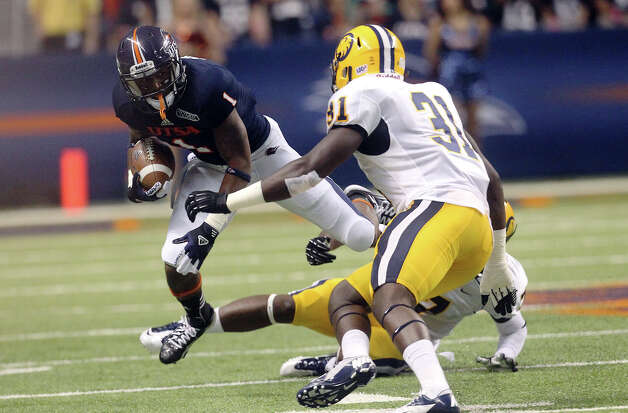 UTSA's Kam Jones (01) runs into a pair of Texas A&M-Commerce defenders including Jeremy Dotson (31) in the first half at the Alamodome on Saturday, Sept. 8, 2012. Photo: Kin Man Hui, Express-News / ©2012 San Antonio Express-News