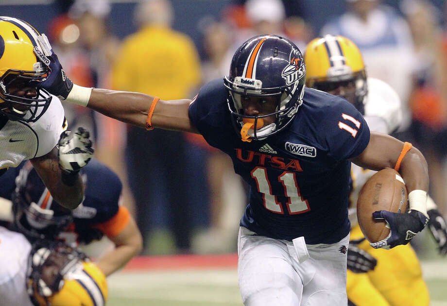 UTSA 27 - Texas A&M Commerce 16: UTSA's David Glasco II (11) stiff arms Texas A&M-Commerce's Shaquelle Massey (22) as he heads in for a touchdown in the first half at the Alamodome on Saturday, Sept. 8, 2012. Photo: Kin Man Hui, Express-News / ©2012 San Antonio Express-News