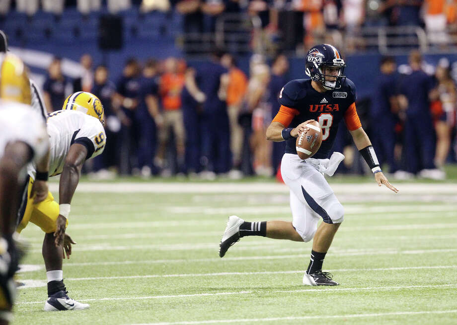 UTSA quarterback Eric Soza (08) scrambles from Texas A&M-Commerce defenders in the first half at the Alamodome on Saturday, Sept. 8, 2012. Photo: Kin Man Hui, Express-News / ©2012 San Antonio Express-News