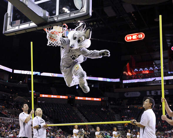 The Silver Stars' Fox dunks during a timeout Sunday Sept. 9, 2012 at the AT&T Center. Photo: Edward A. Ornelas, Express-News / © 2012 San Antonio Express-News