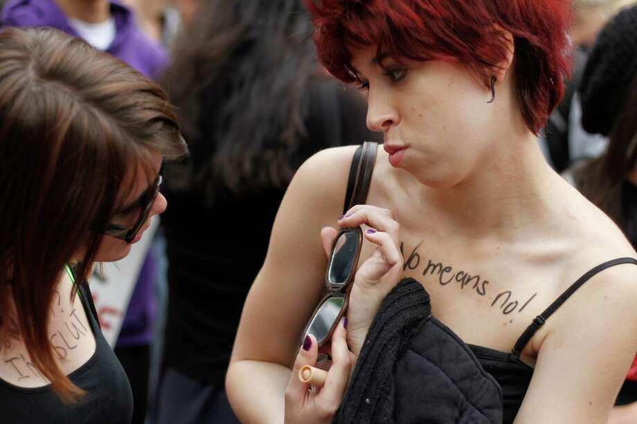 A woman shares her mirror. Photo: Sofia Jaramillo / SEATTLEPI.COM