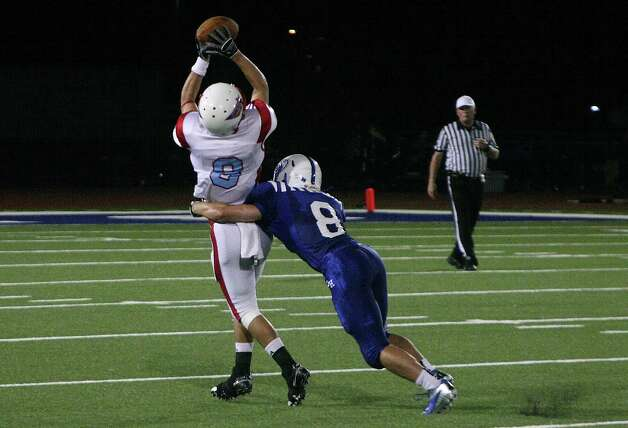 Clint Pace makes a catch during Lumberton's loss to Barbers Hill Friday night. Photo: David Lisenby, Freelance / David Lisenby
