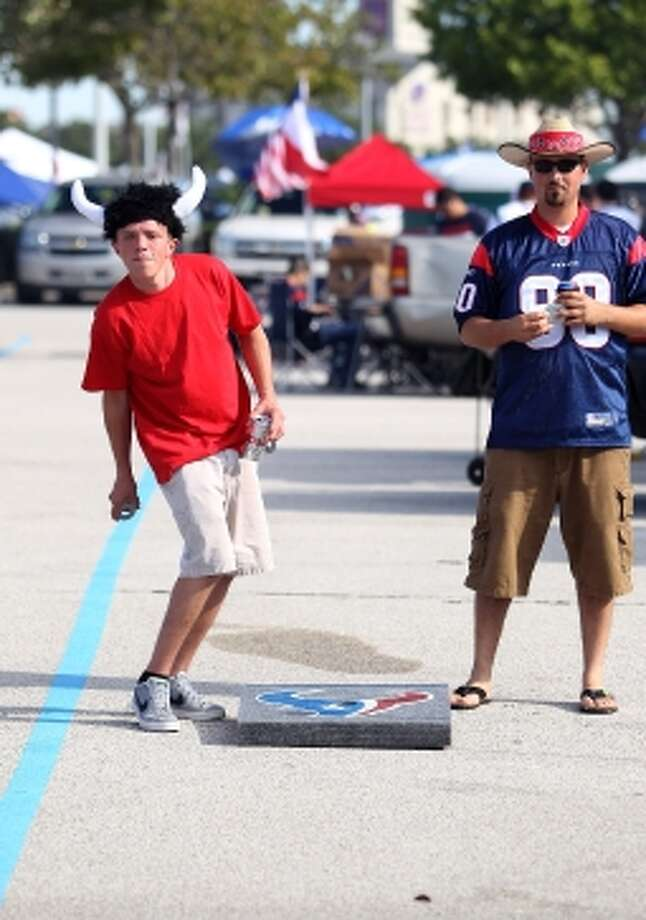 Thomas Hanson, left, and Jerry Smith, right, tailgate in the Yellow lot during pre-game festivities. (Karen Warren / © 2012  Houston Chronicle)