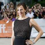 "Actress Jennifer Garner poses for a photograph on the red carpet at the gala for the new movie ""Argo."" (ASSOCIATED PRESS)"