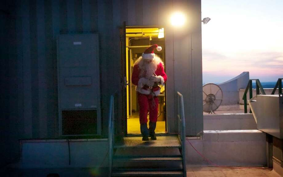 Brian Van Orsdel, as Santa, prepares for the Downtown Special Services District's annual Heights and Lights event (a/k/a Rappelling Santa) in downtown Stamford, Conn. on Sunday, Dec. 6, 2009. Photo: Chris Preovolos / Stamford Advocate
