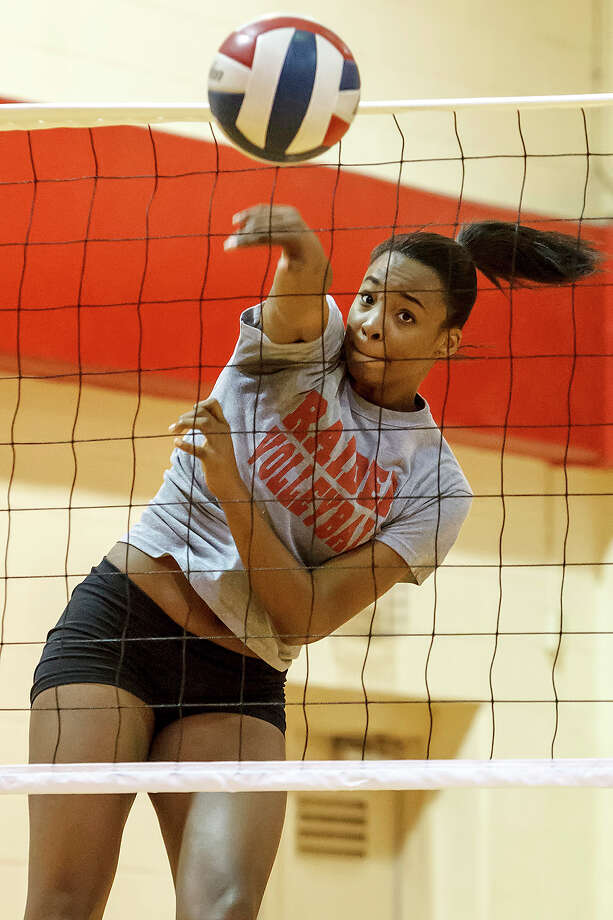 Taft middle blocker Kiara McGee during a practice session at the school on Sept. 6. Photo: MARVIN PFEIFFER, Marvin Pfeiffer / Northwest Weekly / Prime Time Newspapers 2012