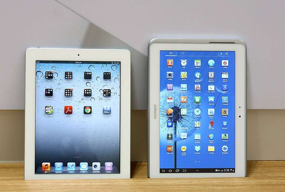 The Samsung Galaxy 10.1 tablets (right) was found to use technology from the Apple iPad (left). Photo: SeongJoon Cho, Bloomberg