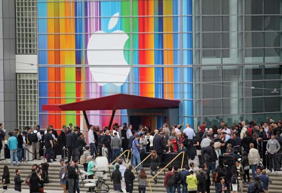 Journalists and attendees line up outside of Yerba Buena Center for the Arts in San Francisco to attend Apple's special media event to introduce the iPhone 5 on September 12, 2012 in California. (Kimihiro Hoshino / AFP/Getty Images)
