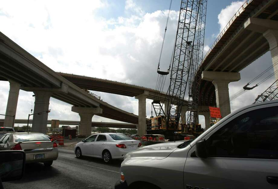 Construction work continues at the interchange of U.S. 281 and Loop 1604. Photo: Helen L. Montoya, San Antonio Express-News / ©SAN ANTONIO EXPRESS-NEWS