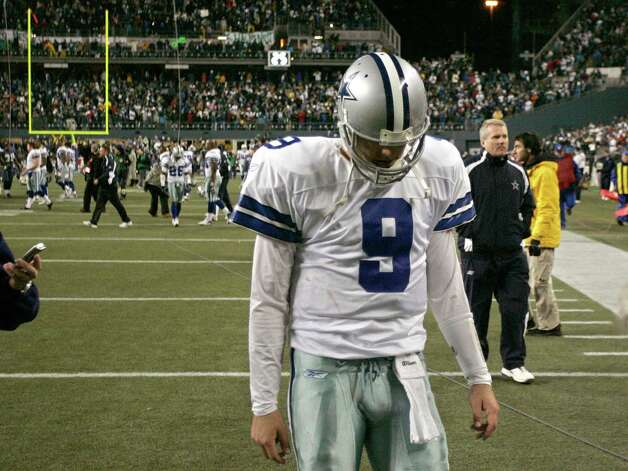 Dallas Cowboys quarterback Tony Romo leaves the field after the Cowboys were defeated by Seattle Seahawks in their NFC Wild Card NFL playoff football game in Seattle, January 6, 2007. REUTERS/Richard Clement Photo: RICHARD CLEMENT, Express-News / X00058