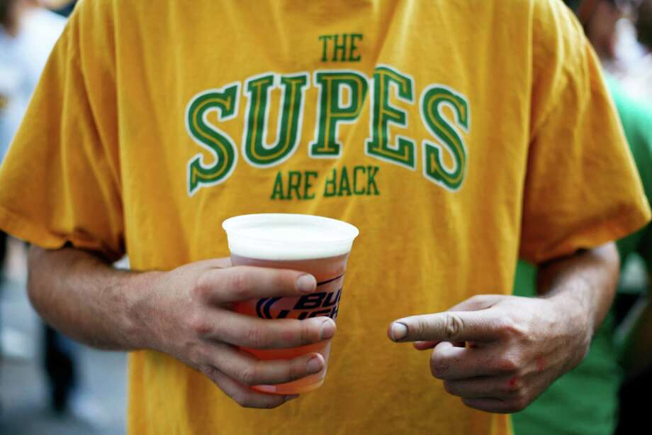 A fan points to his beer during a toast at FX McRory's. Photo: JOSHUA TRUJILLO / SEATTLEPI.COM