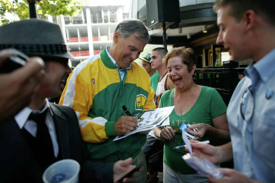 Jay Inslee, candidate for governor, thanks Peg Mazen, mother of arena investor Chris Hansen. Photo: JOSHUA TRUJILLO / SEATTLEPI.COM