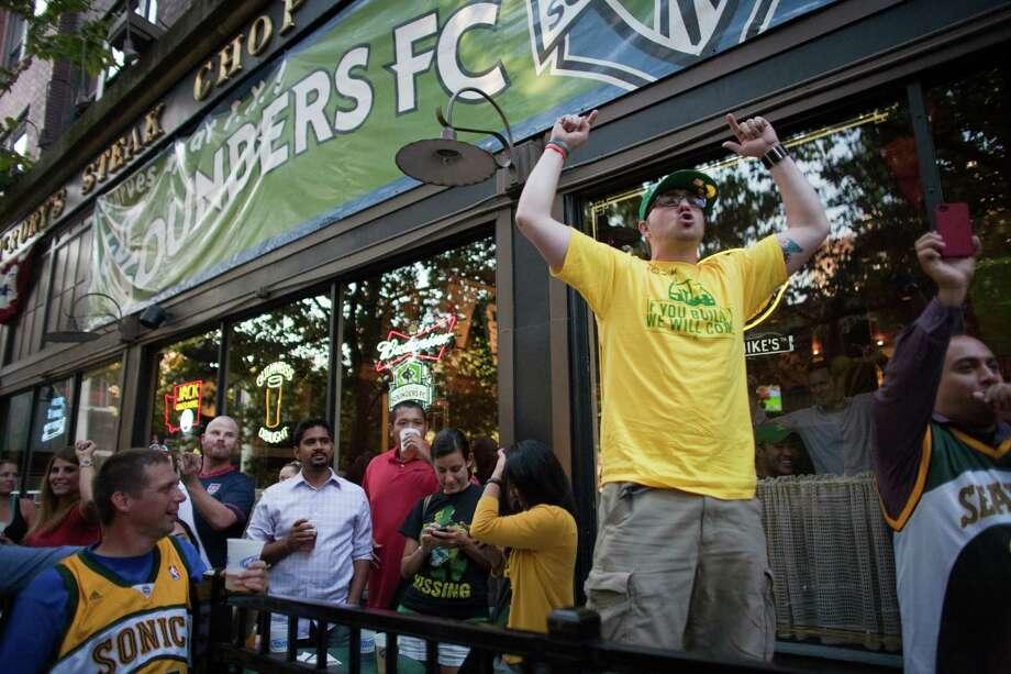 Jamie Brady cheers for Chris Hansen. Photo: JOSHUA TRUJILLO / SEATTLEPI.COM