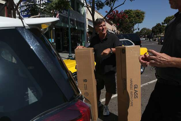 Jim Wieder helps a customer load his car. Photo: Liz Hafalia, The Chronicle