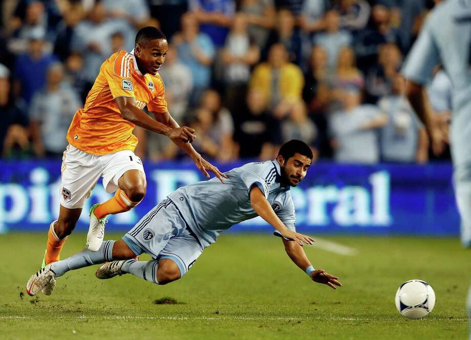KANSAS CITY, KS - SEPTEMBER 14:  Ricardo Clark #13 of the Houston Dynamo battles Paulo Nagamura #6 of Sporting KC for the ball during the MLS game at Livestrong Sporting Park on September 14, 2012 in Kansas City, Kansas. Photo: Jamie Squire, Getty Images / 2012 Getty Images