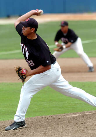 UIW pitcher Alfredo Caballero works against St. Mary's Saturday during the first game of a double header in 2004. TOM REEL/STAFF Photo: TOM REEL, Express-News / San Antonio Express-News