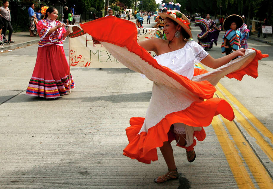 A woman from the Herencias Mexicanas group dances. Photo: Sofia Jaramillo / SEATTLEPI.COM