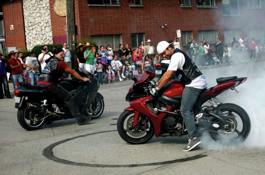 A man creates smoke with his motorcycle. Photo: Sofia Jaramillo / SEATTLEPI.COM