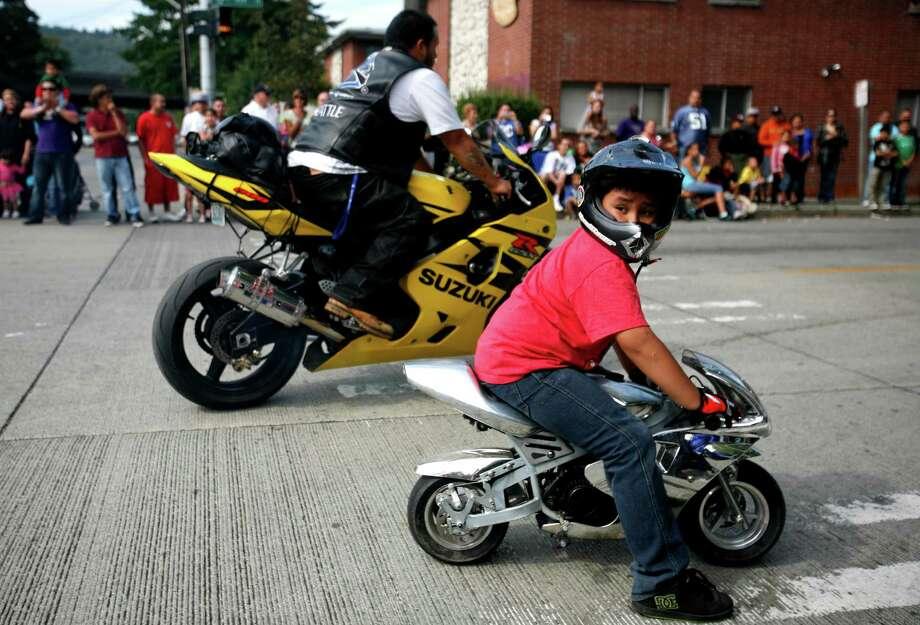 Angel Plata rides a miniature motorcycle. Photo: Sofia Jaramillo / SEATTLEPI.COM