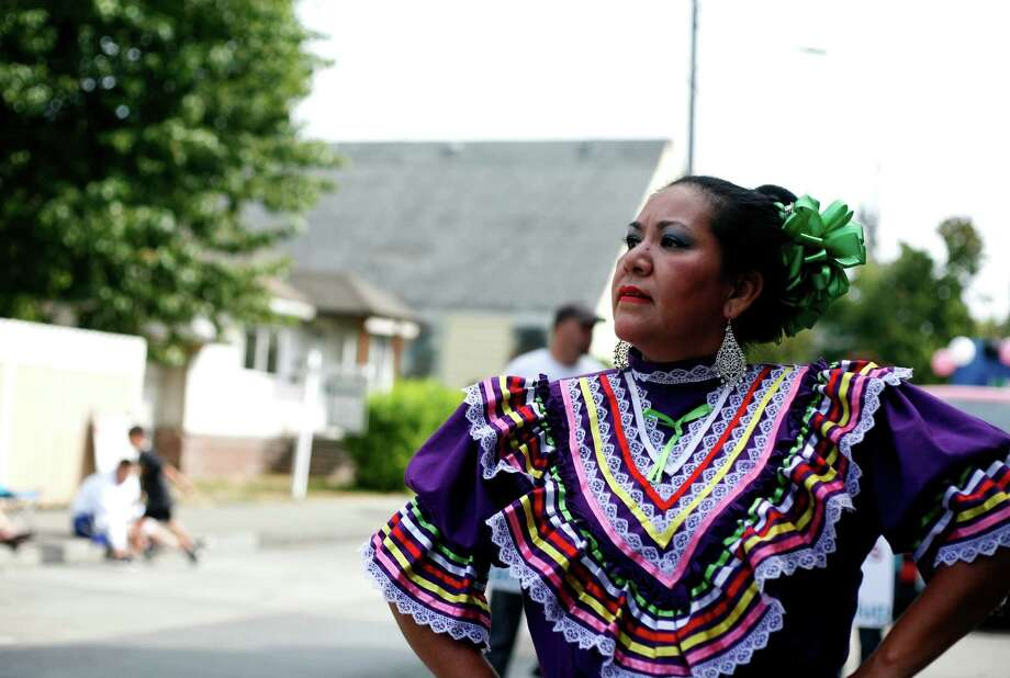A woman from the group called the Herencias Mexicanas dances. Photo: Sofia Jaramillo / SEATTLEPI.COM