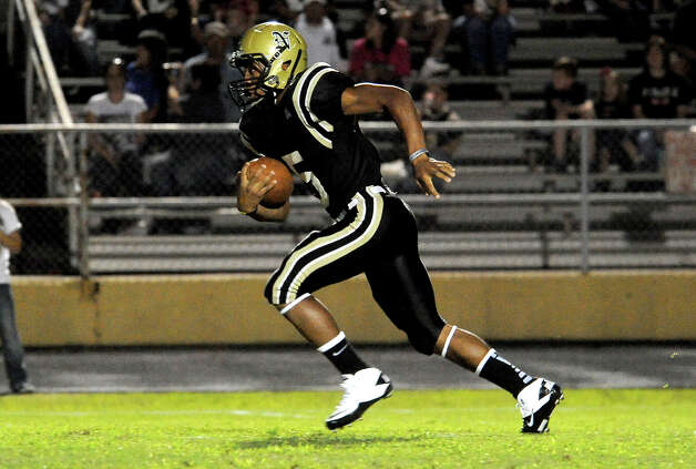 Nederland's Edwin Nelson runs the ball against Vidor at Bulldog Stadium in Nederland, Friday, September 23, 2011   Tammy McKinley/The Enterprise Photo: TAMMY MCKINLEY