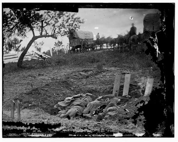 Unfinished Confederate graves near the center of the battlefield in Gettysburg, Pa. (July 1863) Photo: Library Of Congress