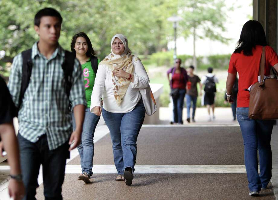Students walk through the University of Houston. Photo: Karen Warren, Chronicle / Houston Chronicle