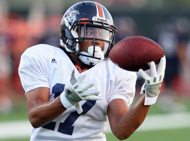 Cornerback Erik Brown goes through dirlls during UTSA practice at Farris Stadium, Tuesday, Sept. 18, 2012. Photo: Jerry Lara, San Antonio Express-News / © 2012 San Antonio Express-News