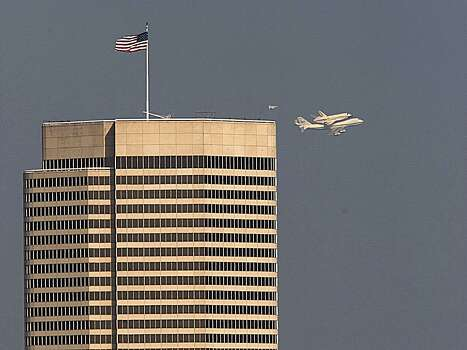 Endeavour passes over downtown Houston on Wednesday morning. Photo: Johnny Hanson, Houston Chronicle