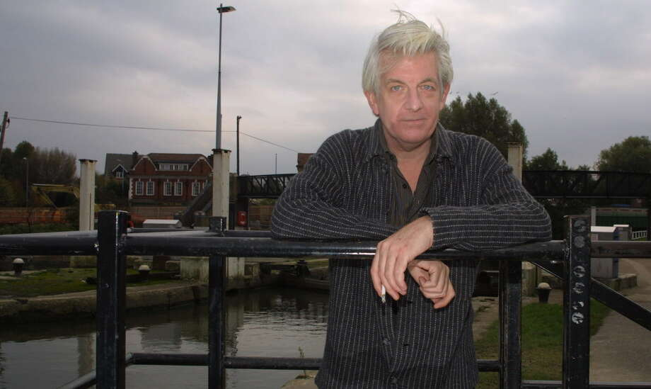 ADVANCE FOR WEEKEND EDITIONS, NOV. 8-11--British pop singer and song writer Nick Lowe poses along the water in Brentford, west London, Oct. 29, 2001. Lowe's deep love for country and southern soul is reflected in his music, along with the pop sensibility of British vaudeville and beat groups. (AP Photo/Alastair Grant) Photo: ALASTAIR GRANT