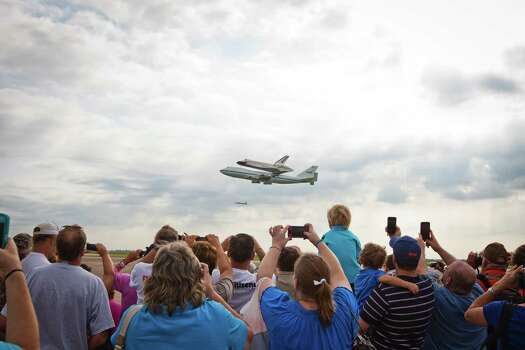The space shuttle Endeavourdoes one of two very low fly by's for the crowd, Wednesday, Sept. 19, 2012, at Ellington Field in Houston. The Endeavour will leave Thursday to it's final resting place in California. Photo: Nick De La Torre, Houston Chronicle / © 2012 Houston Chronicle