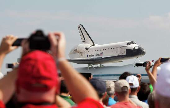 The space shuttle Endeavour taxies to its holding spot after it landed, Wednesday, Sept. 19, 2012, at Ellington Field in Houston. The Endeavour will leave Thursday to it's final resting place in California. Photo: Nick De La Torre, Houston Chronicle / © 2012 Houston Chronicle
