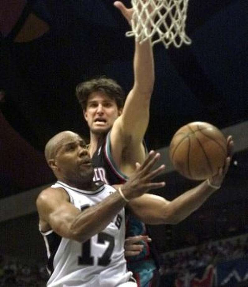 Mario ElieAcquired Jan. 21, 199935 years old when acquired midseason8-year veteran (NBA career began in 1990 with Philadelphia)With Spurs: 1999 shortened season and 1999-2000Last season: 2000-01Career highs: 11.7 pts, 4.0 ast and 42.0 3-pt pct, 1996-97, Houston.Best with Spurs: 9.7 pts, 1998-99; 2.4 ast and 39.8 3-pt pct, 1999-2000.Best after Spurs: 4.4 pts, 1.9 ast and 36.0 3-pt pct, 2000-01, Phoenix. (DELCIA LOPEZ / EN)
