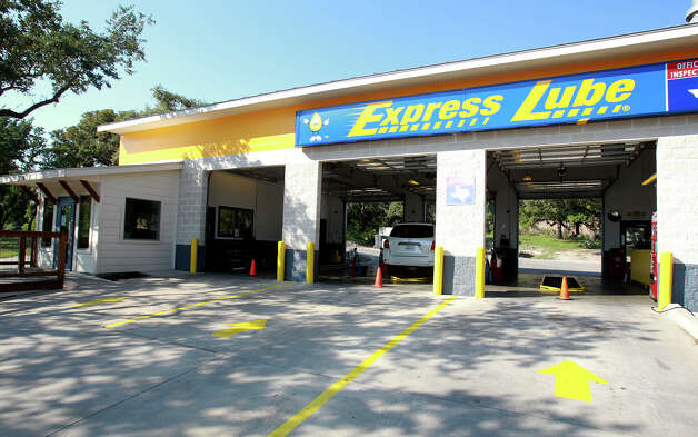 Employees at Express Lube in Schertz work on a customer's car on September 19, 2012. Photo: Tom Reel, San Antonio Express-News / ©2012 San Antono Express-News