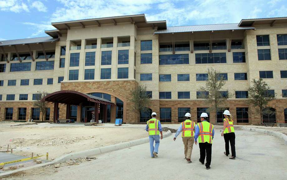 NuStar Energy employees take a tour of the company's new headquarters on I-10 West near The Rim.  Thursday, Sept. 13, 2012. Photo: BOB OWEN, San Antonio Express-News / San Antonio Express-News