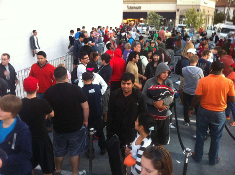 Houston customers wait to buy the new iPhone 5 at the Apple store in Highland Village early Friday, Sept. 21, 2012. (Cody Duty / Houston Chronicle) Photo: .