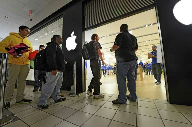 The security screen comes up and the line moves in to the the Apple Store in Crossgates Mall in Guilderland, N.Y  for the release of the IPhone 5 Sept. 21, 2012.   (Skip Dickstein/Times Union) Photo: Skip Dickstein