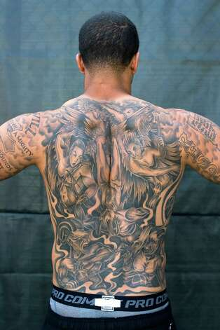 Quarterback Colin Kaepernick shows off his intricate back tattoo. Photo: Michael Short, Special To The Chronicle / ONLINE_YES