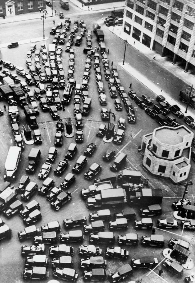 USA: Across the country, the usual commute time is 25 minutes, 30 seconds. Three quarters of Americans drove to work alone, while just 5 percent took mass transit.  Photo: Hulton Archive, - / Hulton Archive