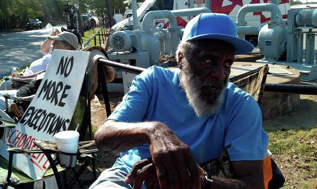 Comedian and civil rights acvitivist Dick Gregory protests the execution of Lawrence Russell Brewer outside the Huntsville prison. Gregory has been fasting since midnight in protest. Photo: Guiseppe Barranco