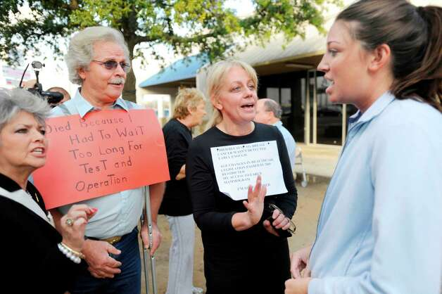 Beaumont resident Jolee Dunigan, right, debates issues surrounding the health care bill, being voted on by the Senate today, with from left, Lydia Damrel, Johnny Sawyer, and Julie Menancon, members of the Southeast Texas Tea Party, outside Sertinos Cafe in Beaumont on Thursday.  December 23, 2009. Valentino Mauricio/The Enterprise Photo: Valentino Mauricio / Beaumont
